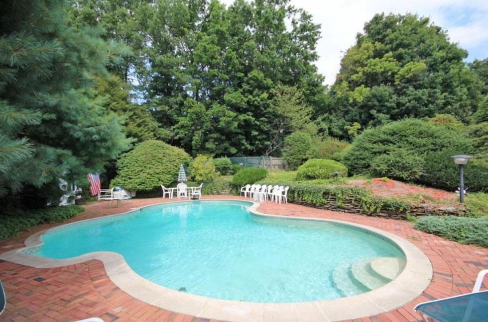 Och kanske det bästa av allt –en egen stor pool på tomten!