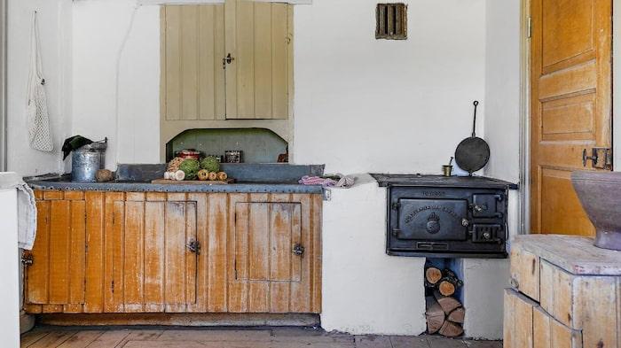Den äldre delen har låg takhöjd och bevarad köksinredning.