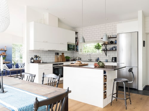 Här får kaklet gå ändå upp till taket och skapar därmed en snygg fondvägg i köket.