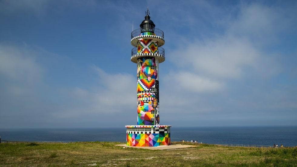 En spansk fyr har blivit en färgstark installation.
