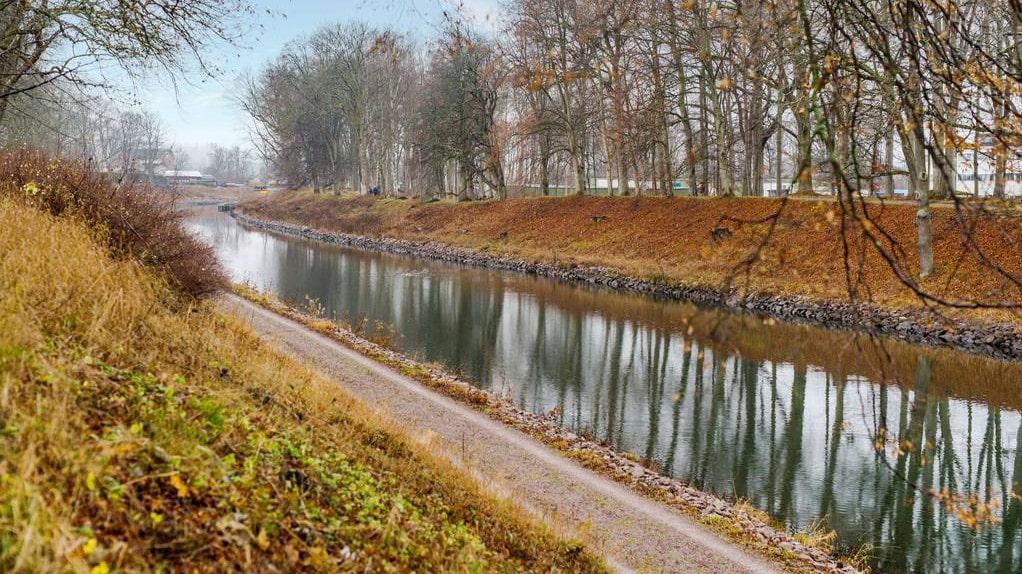 Från huset har man första parkett mot kanalen och promenadstråket.