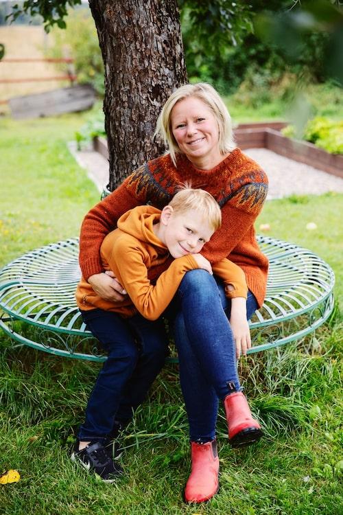 Jennie med sonen Axel i trädgården.