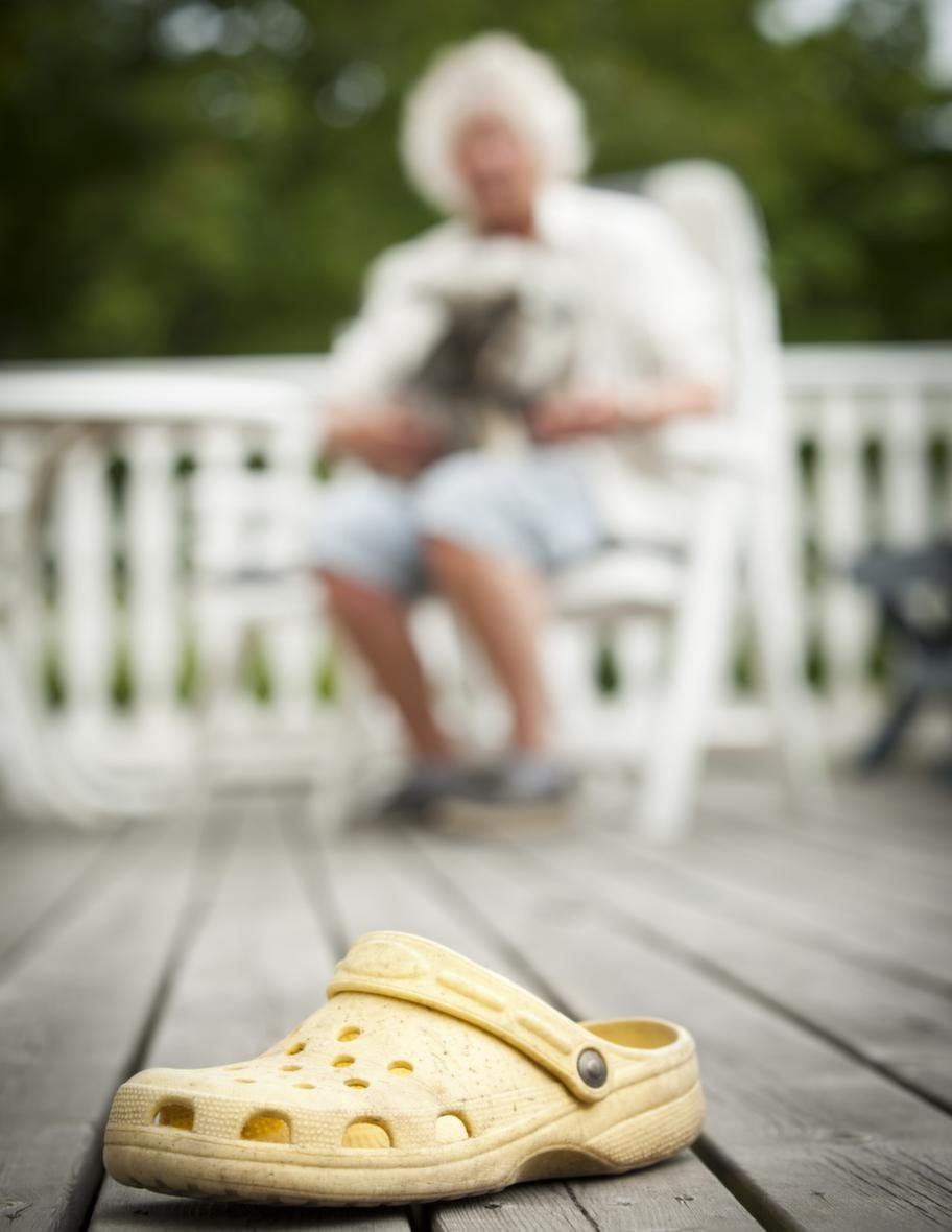 TRICK: HÄMTA EN SKOSteg 3: Försvåra. Öka avståndet till föremålet och döp det till vad du vill att hunden ska hämta.