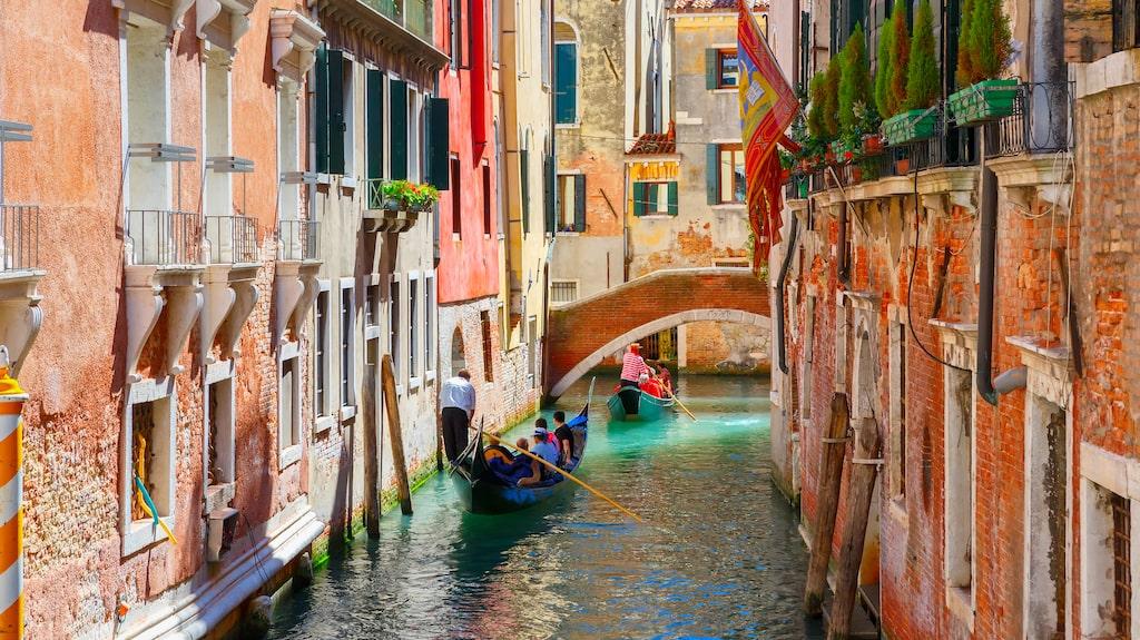 """Medan gondolerna sakta glider fram i kanalerna hörs då och då """"O sole mio"""" från någon gondoljär."""
