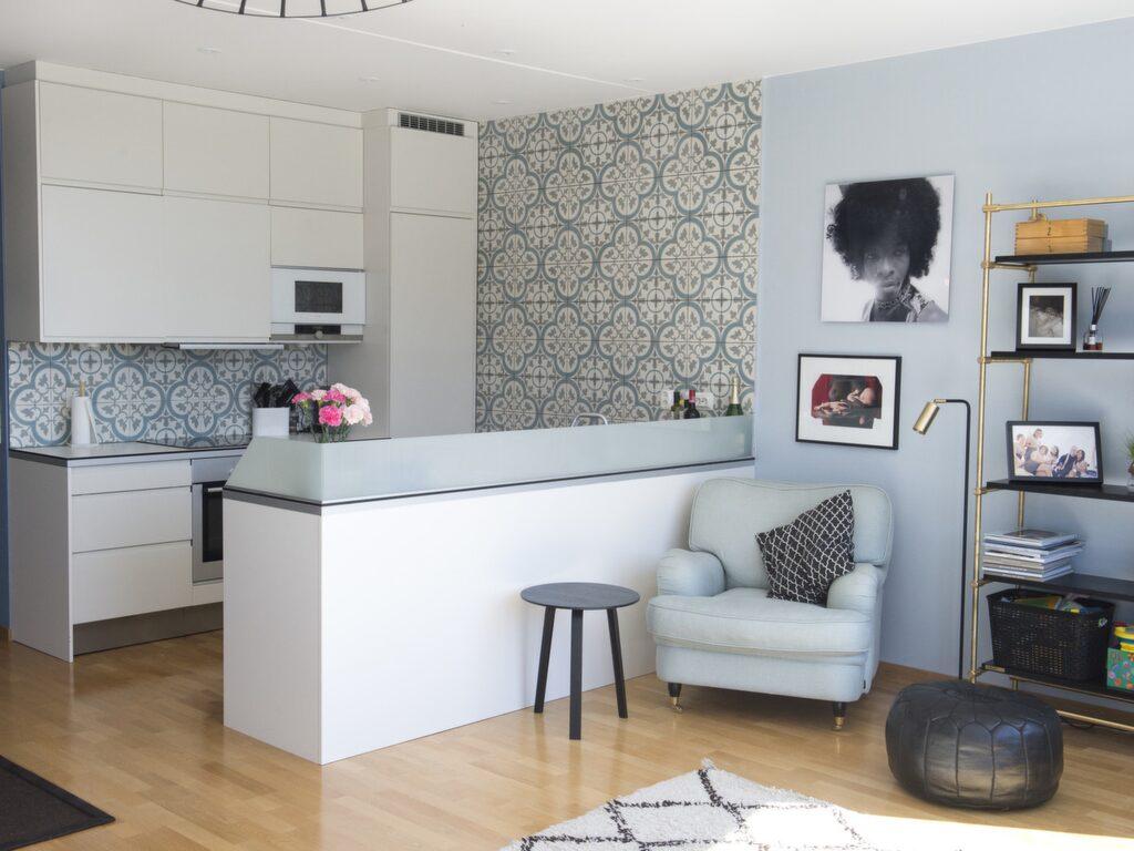 Köksdelen. Nedervåningen har öppen planlösning mellan kök och vardagsrum. Kaklet i köket kommer från Marrakech design och heter Versailles glaciär.