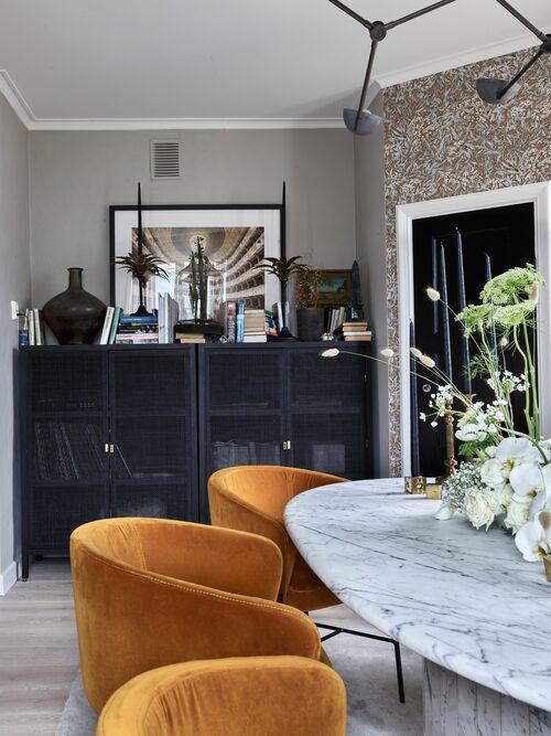 Julia har fyndat Ikeas rottingskåp Stockholm på Blocket. Med svart sprejfärg fick de en elegant look som passar fint i matsalen.