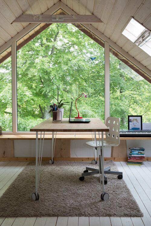 När den forna kallvinden gjordes om av paret fick det bli Assars och Olivias gemensamma rum. Idag är det bara Assar som huserar rummet vars stora fönster är en överväldig ljuskälla för hela rummet. Skrivbord och stol från Ikea.