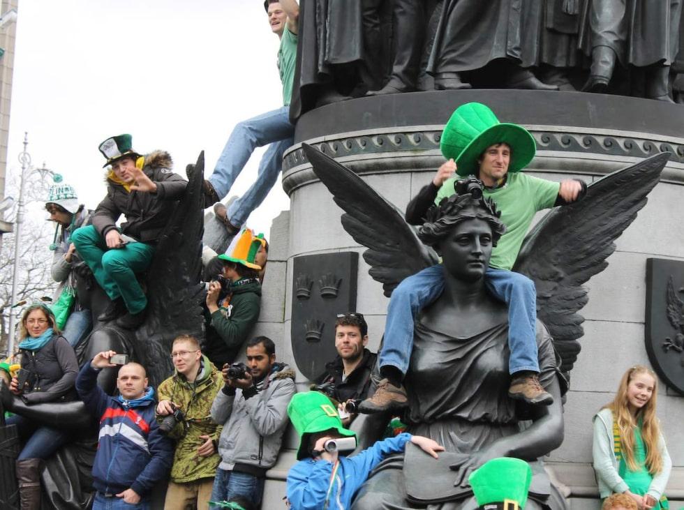 Dagens har firats i nära 400 år och en framträdande sed är att klä sig i grönt.
