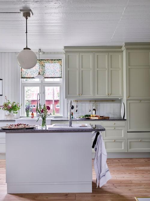 """Det platsbyggda köket är designat av Lisa och Gusten tillsammans med en lokal snickare. """"Krönlisten kom till av misstag då vi mätt fel, det blev ett glapp mellan överskåp och tak. Resultatet blev en tandad krönlist som blev bland det bästa med hela köket"""", berättar Lisa. Gardinen är sydd av tyg från William Morris & Co."""
