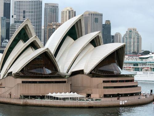 Det tog 20 år att bygga operahuset på Bennelong Point i Sydneys hamn, nära Harbour Bridge.