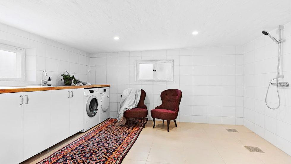 Källaren har lyxig tvättstuga som är kombinerad med WC/dusch. Här är förberett för Spa-bad.