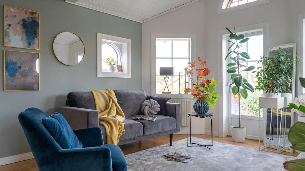 På övre plan används allrummet som tv-rum. Soffa, fåtölj och vas, Ilva. Fönsterlampa, Mio. Väggfärg Minty Breeze, Jotun.