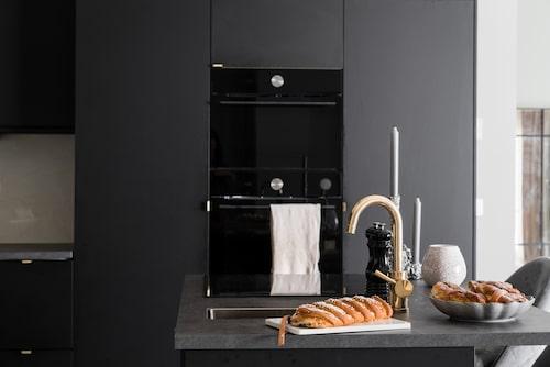Köksön, som också rymmer spishällen, har en liten diskho och blandare också, en både praktisk lösning och fin detalj.
