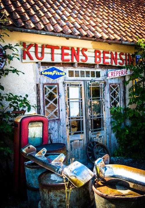 Kutens Bensin är ett mycket udda men spännande ställe på Fårö med skrotbilar på gårdsplanen. Kafe, crêperie och restaurang går i 1950-talets nostalgitecken med jukebox i baren.