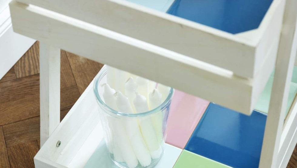 Vi kaklade hyllplanen med färgglada plattor, 15 × 15 centimeter, 260 kronor per kvadrat, Höganäs. Limma fast kakelplattorna med kakellim utan att foga.