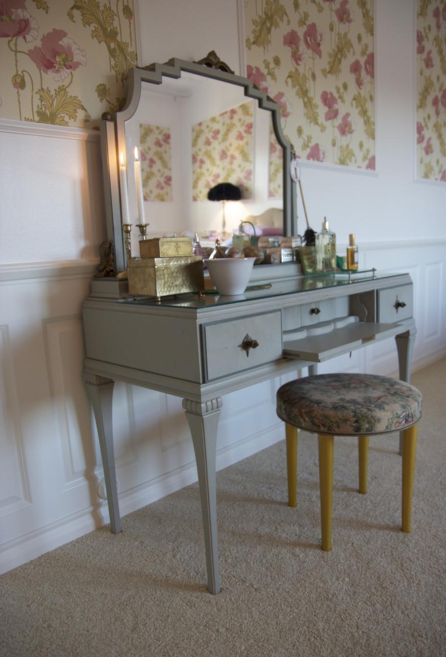 Vad passar bättre i ett sovrum än ett snirkligt sminkbord?