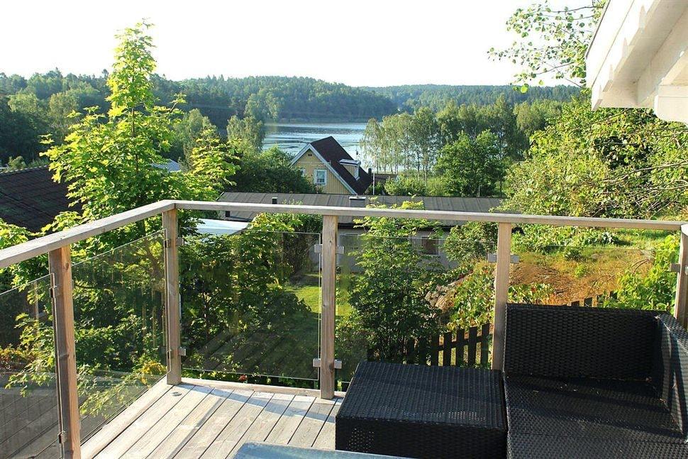Fantastisk utsikt över sjön Trehörningen från gästhusets terrass.