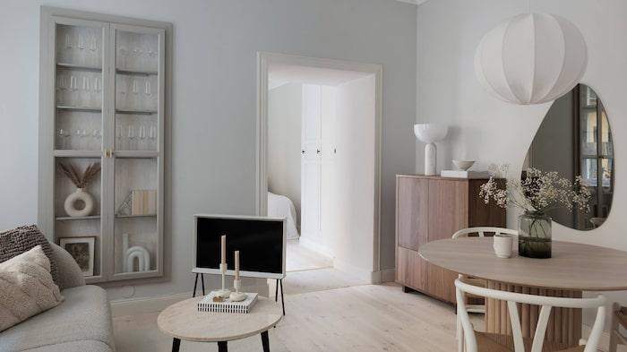 Vardagsrummet i ljusa moderna färger.