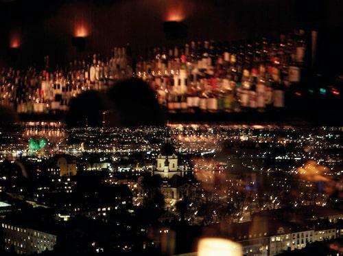 På Restaurang Himlen på Södermalm kan du avnjuta din middag på 104 meters höjd, med utsikt över Stockholm.