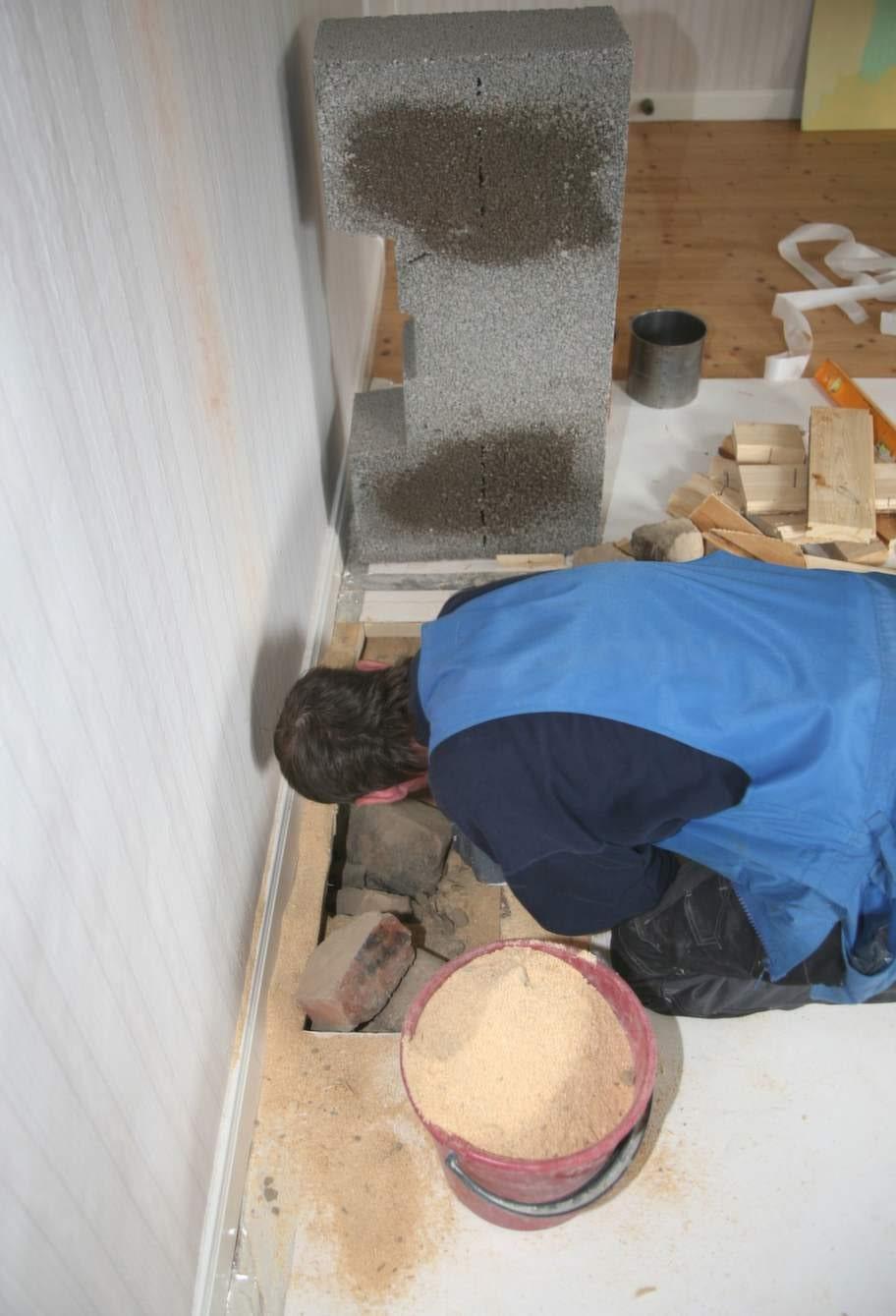 Förstärk under golvetUnder golvplanken var det tomt, väldigt tomt. Så förstärkning behövdes så att golvet skulle orka bära eldstaden.