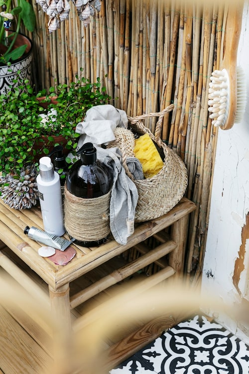 Inom räckhåll från duschen står tvålar, duscholja, handkräm och andra praktiska attiraljer. Runt flaskan med duschkräm har Pernilla virat rep för att den inte ska bli hal och glida ur händerna. Snäckbollen kommer från den egna butiken.