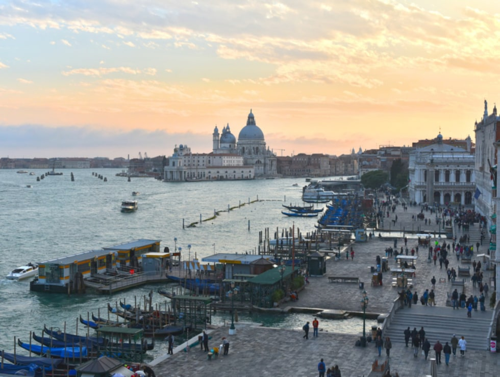 Venedigs mäktiga kaj Riva degli Schiavoni med Santa Maria-basilikan i bakgrunden.