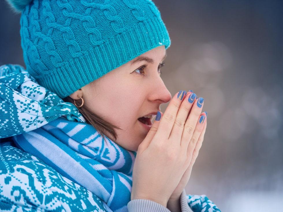 Torra händer är vanligt om vintern då luftenär torrare både utomhus och inomhus.