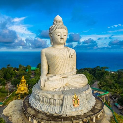 Pampig Buddha framför en minst lika pampig utsikt.