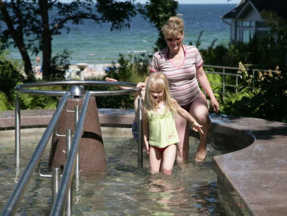 Grunden i vattenkuren är att läka kroppen med växlande kallt och varmt vatten.