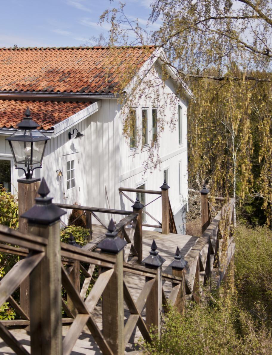 Huset.Ett hem mellan stad och hav med en rejäl trädgård. Hela familjen Svensson trivs.