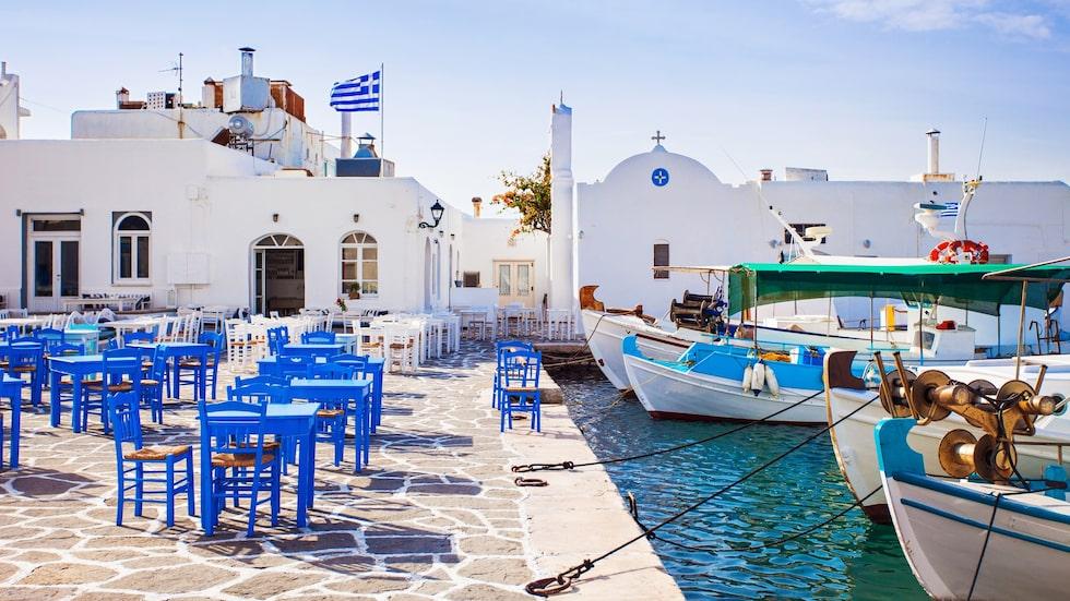 Ät lunch precis vid kajen i genuina fiskebyn Naoussa som ligger på Paros i Grekland.
