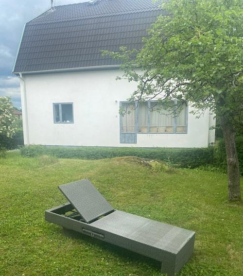 I schäslongen i trädgården solar och övar Janne Schaffer på elgitarren.