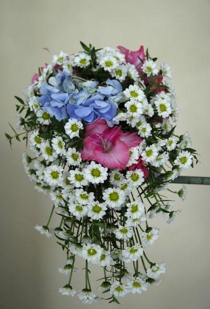 ROMANTISK. Prinsessan Lovisas brudbukett från mitten av 1800-talet, översållad med margeriter, hortensia och röda liljor.