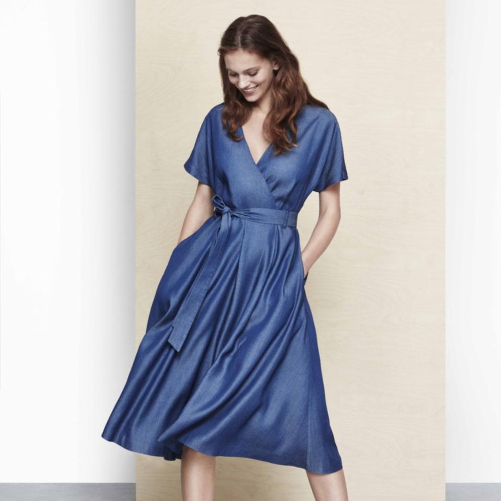 Vackert fall. Denimklänning med omlottskärning och knytskärp som ger dig snygga kurvor. Från Lindex Better Denim kollektion. 499 kronor, Lindex.com.