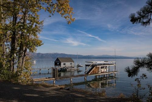 Bryggor på Lake Tahoes västkust.