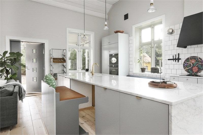 Det smakfulla köket går i en modern grå ton, har marmorbänkskivor, vitvaror från Smeg och blandare i mässing från Tapwell. Specialdesignad fläktkåpa med endast filter i köket, själva motorn är placerad på vinden för att få en så tyst miljö som möjligt.