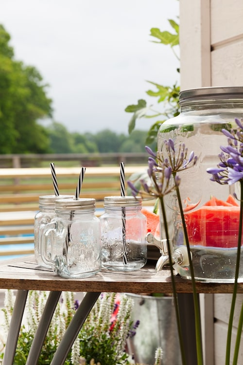 Det är gott att smaksätta vanligt vatten med frukter och bär. Glasmuggar, Rusta. Tillbringare, Lagerhaus.