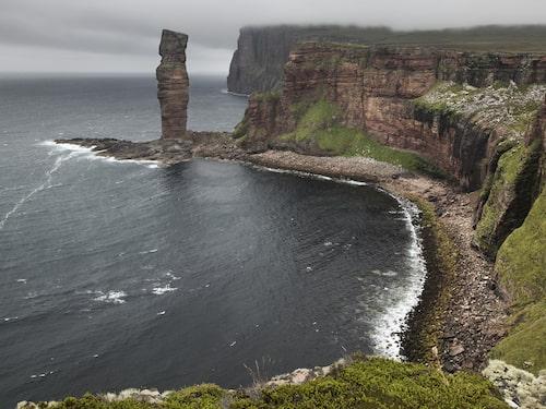 Karga klippor på skotska kusten i Orkney.