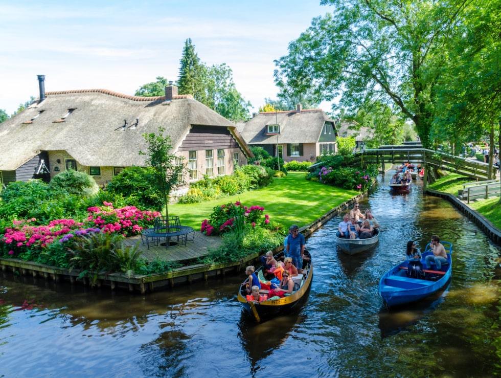 """De vackra husen och trädgårdarna i Giethoorn. Staden är är känd som """"Venedig i norr""""."""