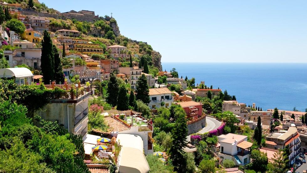 Natursköna Taormina, på Siciliens östra bukt, ligger på en klippa med utsikt över Naxosbukten.