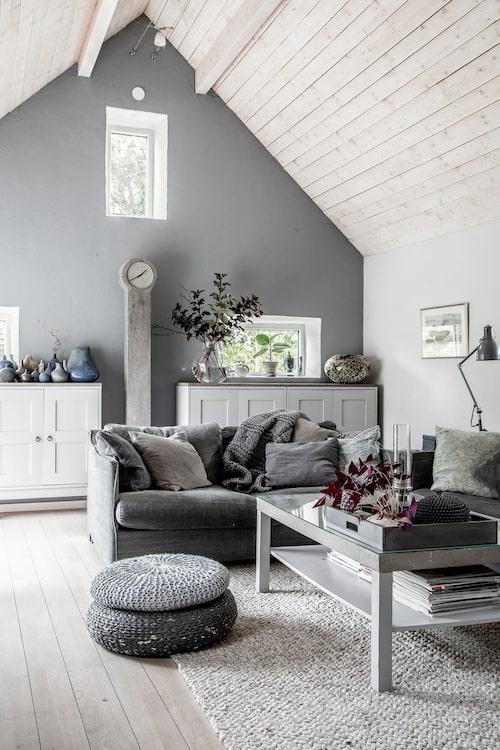 Vardagsrummet, som ligger innanför köket, är inrett i en före detta lada. Åsa har målat väggarna i grått. Golv och tak är vitlaserade. Soffor Petito, Furninova.