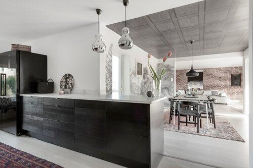 Öppen planslösning mellan kök, matsal och vardagsrum.