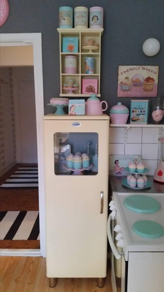 Vackert 50-talskylskåp i Jessicas kök.
