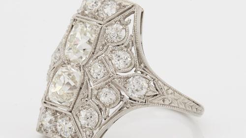 RING med gammalslipade diamanter. Totalvikt de två större diamanterna ca 1 ct, platina, storlek ca 17/53, total vikt 6 g. Stämplad R&C. Etui från Tiffany medföljer. Slutpris: 18 375 kr.