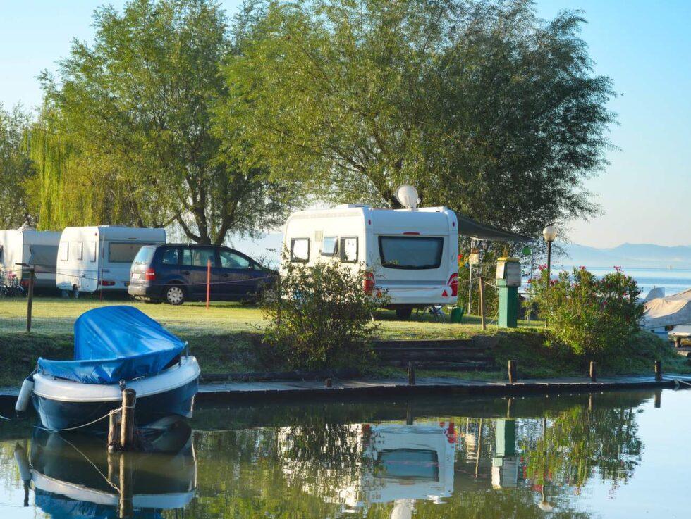 Att köra husbil och campa är ett fantastiskt sätt att semestra på utomlands.