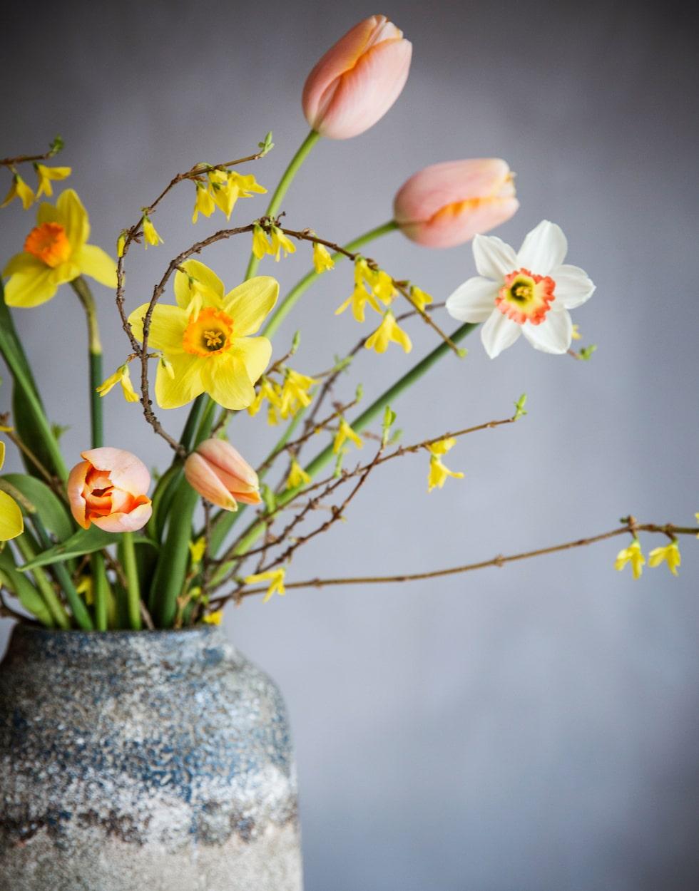 Blanda gärna påskliljor med tulpaner och kvistar för en vårig bukett.