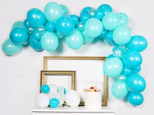 Många väljer att ha blåa dekorationer om det är en pojke, eller rosa om det är en flicka – men tänk också gärna utanför boxen. Välj guld, prickigt eller kanske ett tema utifrån den blivande mammans intressen.