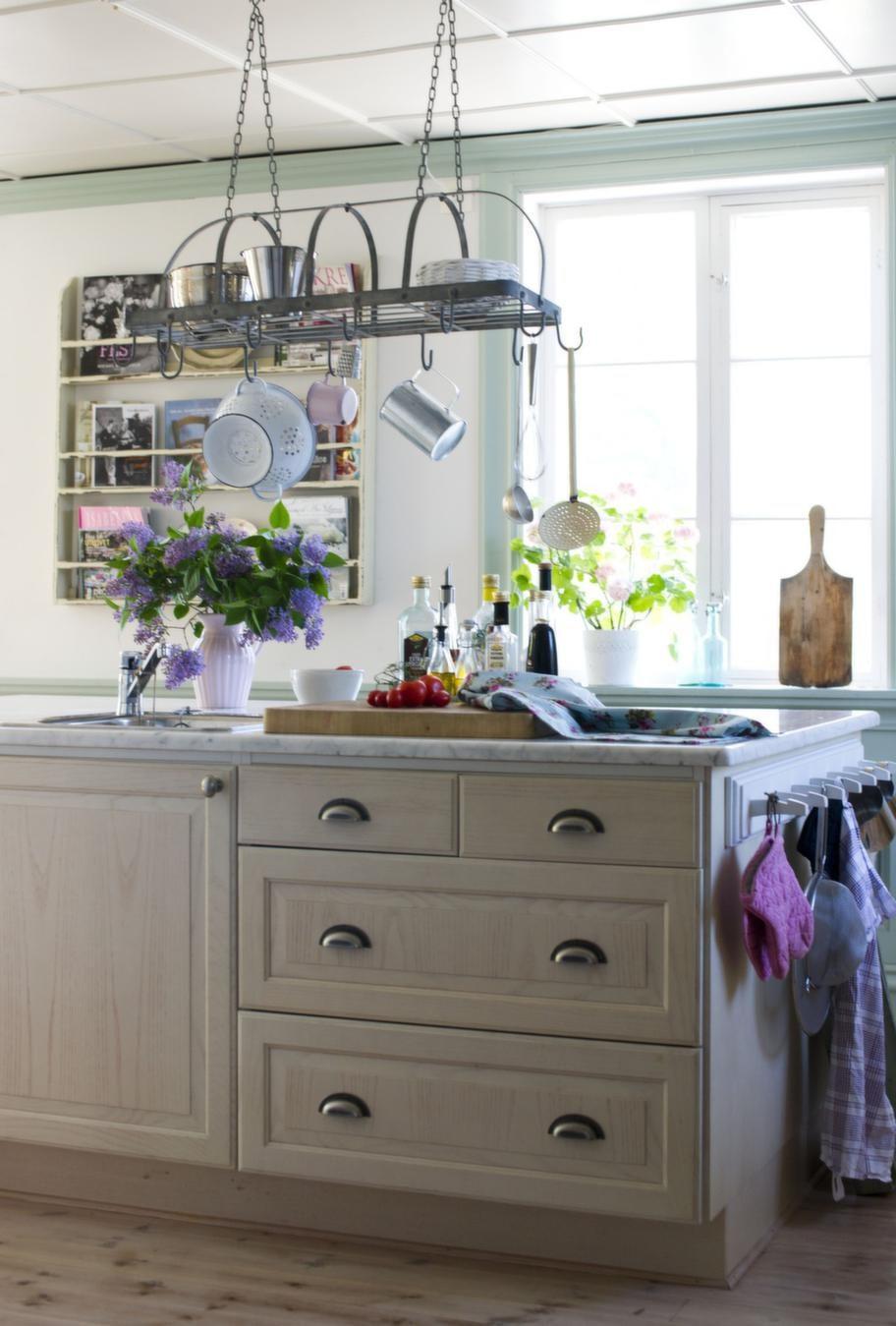 Köket<br>Över köksön hänger smart förvaring från Ib Laursen.