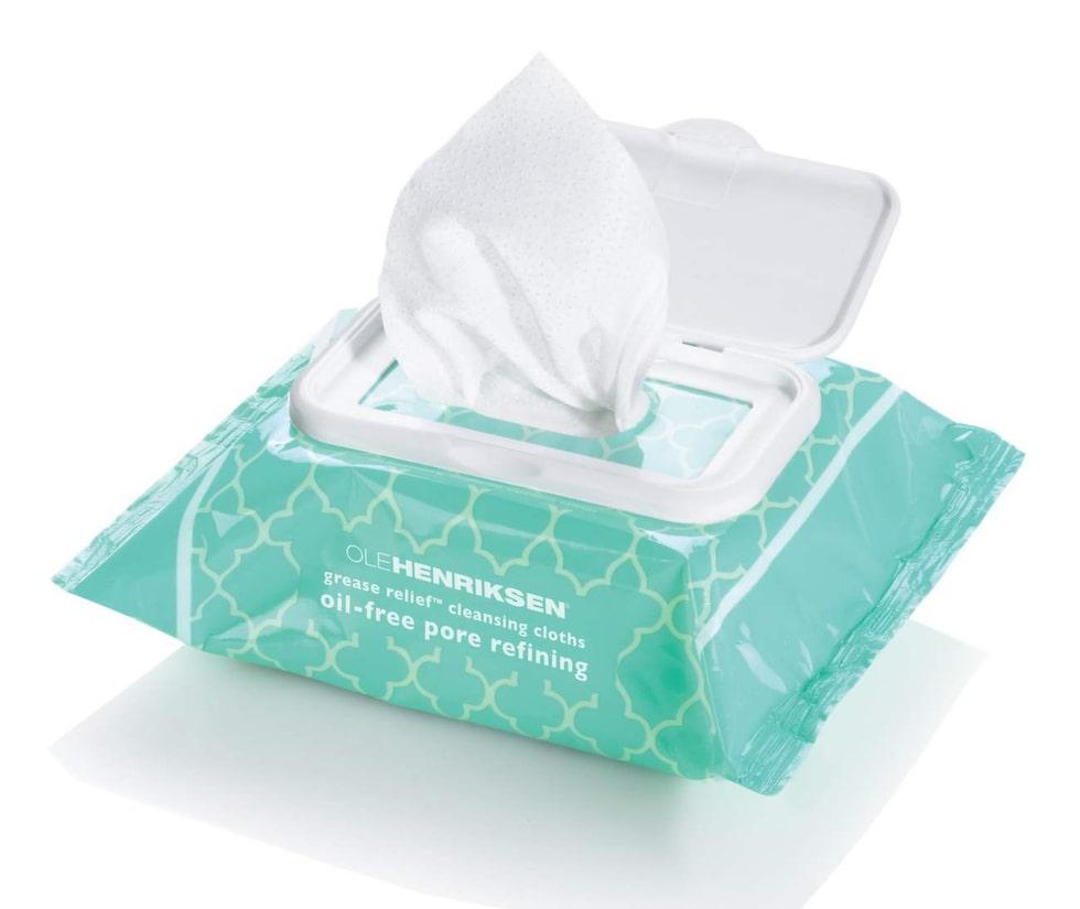 Grease relief cleansing cloths, 125 kronor/30 st, Ole Henriksen.Resvänlig förpackning med lätt peelande rengöringsservetter med eukalyptusdoft. Eleven.se