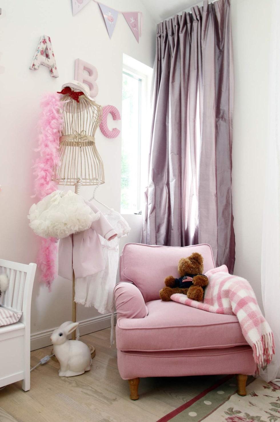 Konstnären Carolina Gynnings barnrum är ett riktig drömrum i rosa och spets. Fåtöljen kommer från Länna möbler, klädhängaren är en present från Carolinas pappa som jobbar med kläder.